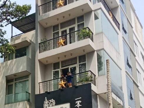 Thang máy gặp sự cố, nam thanh niên bị kẹt cổ giữa thang máy với sàn nhà nguy kịch