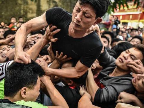 Hãi hùng cảnh bóp cổ, đấm nhau chảy máu mồm trong lễ hội giằng bông ở Hà Nội