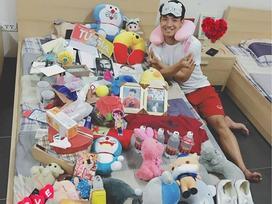 Hot girl - hot boy Việt: Trung vệ Bùi Tiến Dũng khoe quà fans tặng ngập giường
