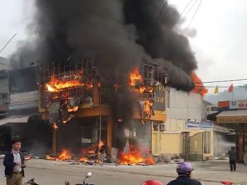 Cháy khủng khiếp thiêu rụi siêu thị điện máy