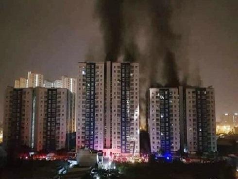 Cháy chung cư Carina: Khẩn trương điều tra việc cửa ngăn khói bị mở, chèn đá