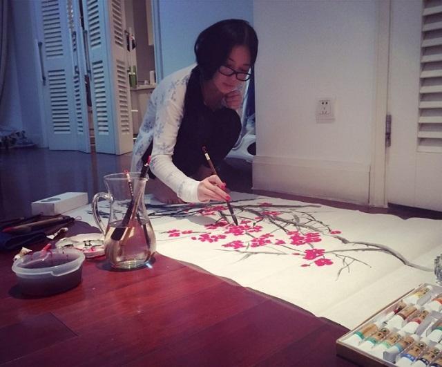 Mỹ nhân thị phi nhất showbiz Hoa ngữ, Lý Mạc Sầu Trương Hinh Dư không ngờ vẽ tranh lại mê hồn đến thế!-4