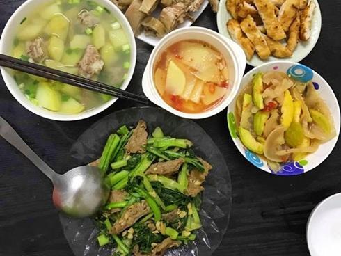 Vợ đảm đang chia sẻ mâm cơm cho 4 người, chồng con ăn không còn thừa một miếng