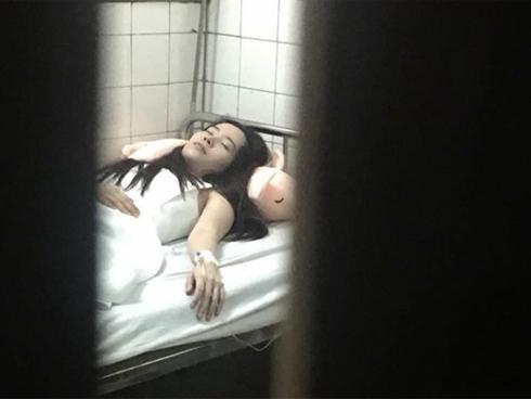 Xót xa hình ảnh Nam Em tay cắm kim tiêm truyền nước tại bệnh viện