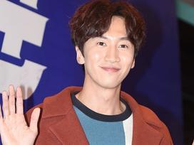 Sao Hàn 25/3: 'Hoàng tử Châu Á' Lee Kwang Soo mạnh tay chịu chi tặng quà cả đoàn phim