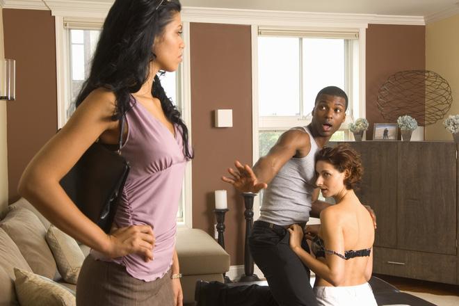Người phụ nữ biết chồng ngoại tình cần biết cách ứng xử khéo léo sau