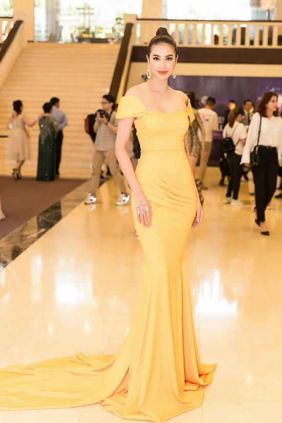 Phạm Hương lộng lẫy như công chúa với đầm vàng
