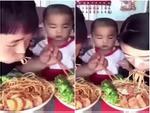Mẹ cứ việc ăn... ai động vào phần mẹ để con lo