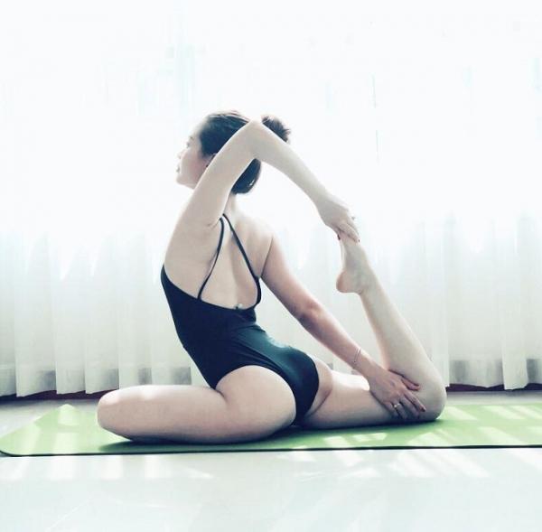 Mỹ nhân Việt khoe trình yoga bằng tư thế độc đến nghẹt thở