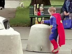 Ngỡ ngàng với sức mạnh khó tin của 'siêu nhân nhí'