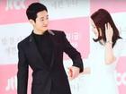 Hết nắm chặt tay ở họp báo lại tặng quà Valentine, Jung Hae In đang có tình ý với Son Ye Jin?