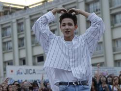 Fan vỡ òa khi được ôm và xem Kim Samuel nhảy trên nền nhạc 'Sixteen'