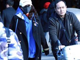 Bịt kín mặt sau scandal quỵt tiền từ thiện, Dương Mịch tiếp tục bị chỉ trích vì để một mình bố đẩy hành lý nặng