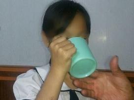 Vì sao mẹ cô giáo bắt học sinh uống nước giặt giẻ lau 'giằng co' kết quả xét nghiệm?