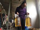 Hà Tĩnh: Kỳ lạ giếng nước biến thành giếng dầu, người dân đổ xô đến xin về dùng