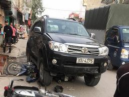 Xe 'điên' gây tai nạn thương tâm ở Hà Nội: Mẹ gãy chân nằm viện không hay biết con gái 7 tuổi đã mất