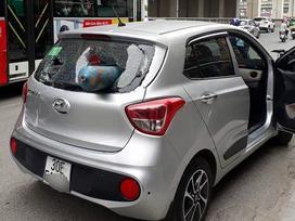Bình khí phi như tên lửa, đâm xuyên ô tô trên phố Hà Nội