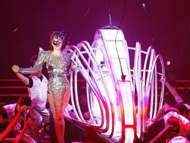 Muôn kiểu đạo cụ độc lạ mà ca sĩ Vpop mang lên sân khấu: Từ trăn, gà cho tới trực thăng, tàu điện