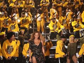Cả showbiz phát cuồng vì màn trình diễn siêu phẩm của Beyoncé tại Coachella 2018
