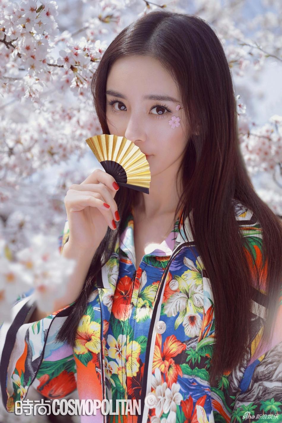 Lựa chọn phong cách cổ điển, trang điểm nhẹ nhàng, nữ diễn viên như hóa thân thành nhân vật manga khoe sắc bên hoa anh đào ở đất nước mặt trời mọc.