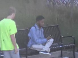 Thanh niên ngang nhiên 'cướp giày' giữa phố và cái kết