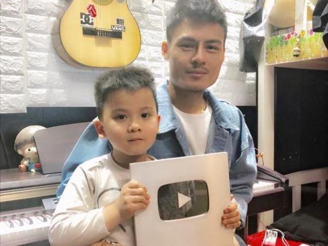 Hoa Vinh nhận nút bạc YouTube chỉ sau hai tháng gây 'bão' mạng xã hội
