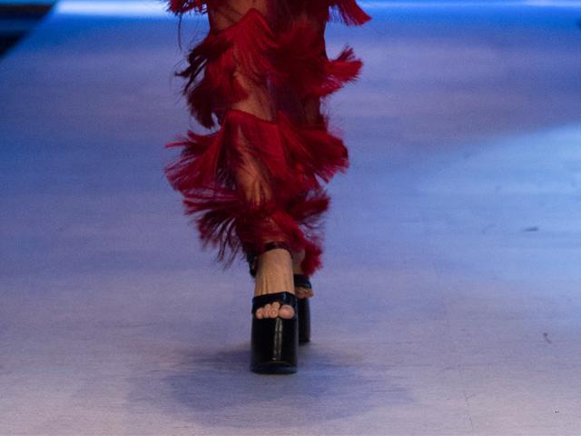 Hương Giang catwalk đỉnh cao thì khỏi phải bàn, điều khán giả chú ý là đôi giày cao bao nhiêu cm mà khủng khiếp thế kia?-10