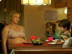 Charlize Theron ăn vào 2h sáng, tăng 22 kg để làm bà mẹ sồ sề, xấu xí