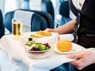 Tại sao bạn không nên ăn sáng trên máy bay?