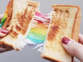 Bánh mì kẹp phô mai bảy sắc cầu vồng khiến giới trẻ Sài Gòn sốt 'rần rần'
