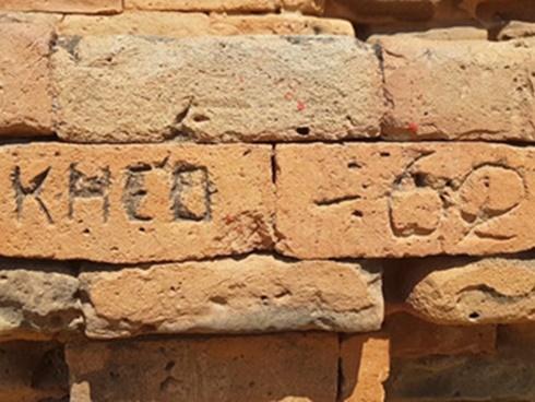 Tháp Chăm 800 tuổi bị vẽ, viết bậy tràn lan