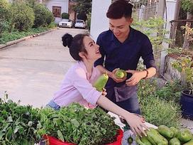 Tin sao Việt: Angela Phương Trinh khoe ảnh về quê bán hàng cùng trai lạ