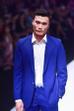 Anh diện bộ vest xanh dương lịch lãm và lạnh lùng đúng chất một mẫu nam chuyên nghiệp dù những bước đi còn loạng choạng.