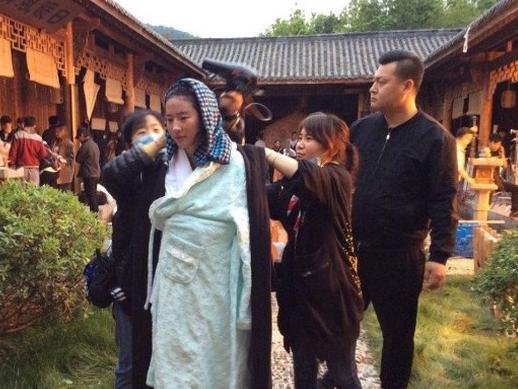 Lưu Diệc Phi kiệt sức vì ngâm nước lạnh trong thời tiết khắc nghiệt