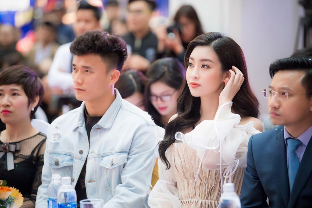 Bùi Tiến Dũng xuất hiện cùng Hoa hậu Đỗ Mỹ Linh trong một sự kiện.