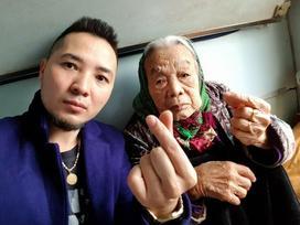 Bà ngoại 90 tuổi không ngại tạo dáng xì-tin bên cháu trai