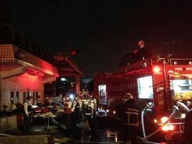 Cháy xưởng chứa 200 người Việt: Nhiều người chết, cảnh tượng đau lòng khi lính cứu hỏa nằm rạp