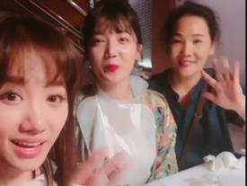 Tin sao Việt: Hari Won đưa mẹ và em gái đi ăn uống vui chơi ngày nghỉ lễ
