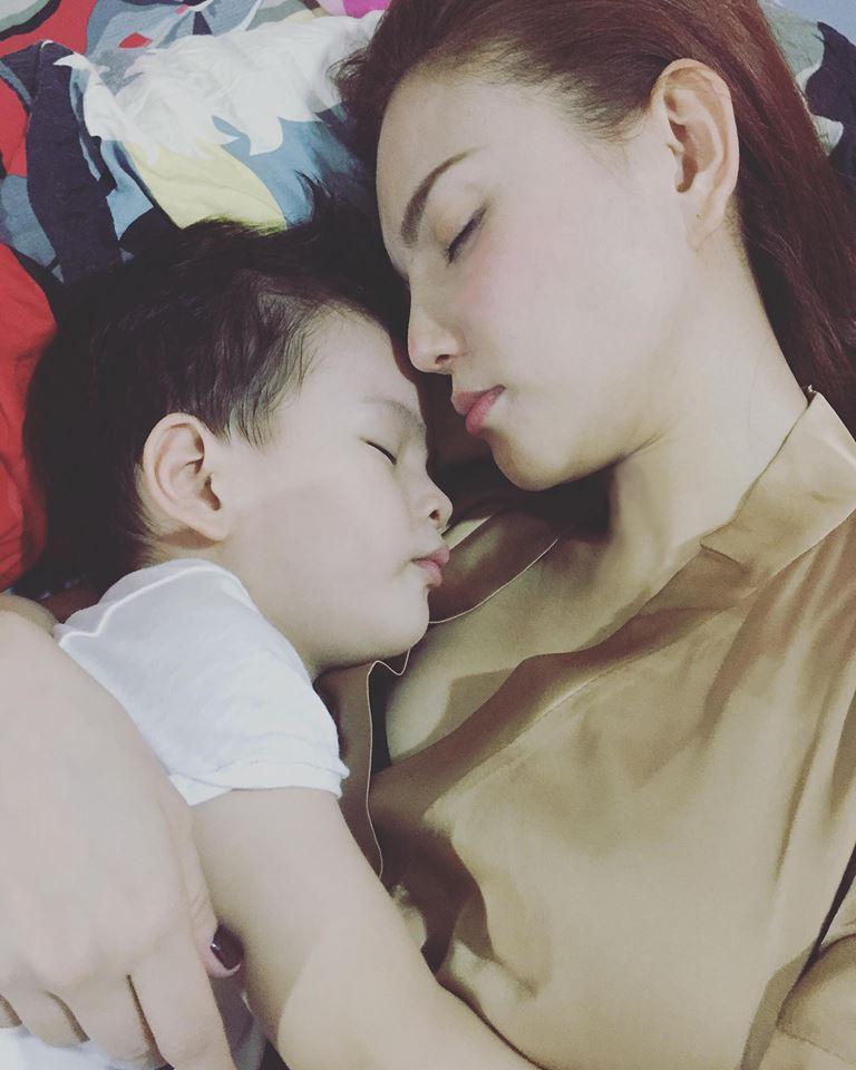 Thu Thủy và con trai.