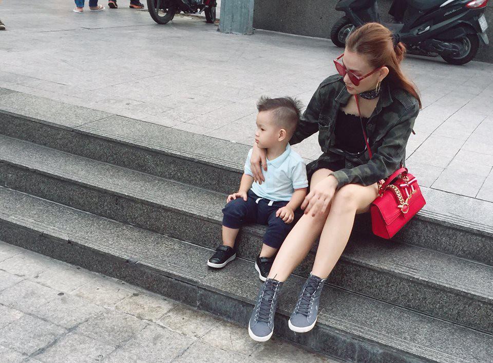 Thu Thủy cùng con trai đi chơi