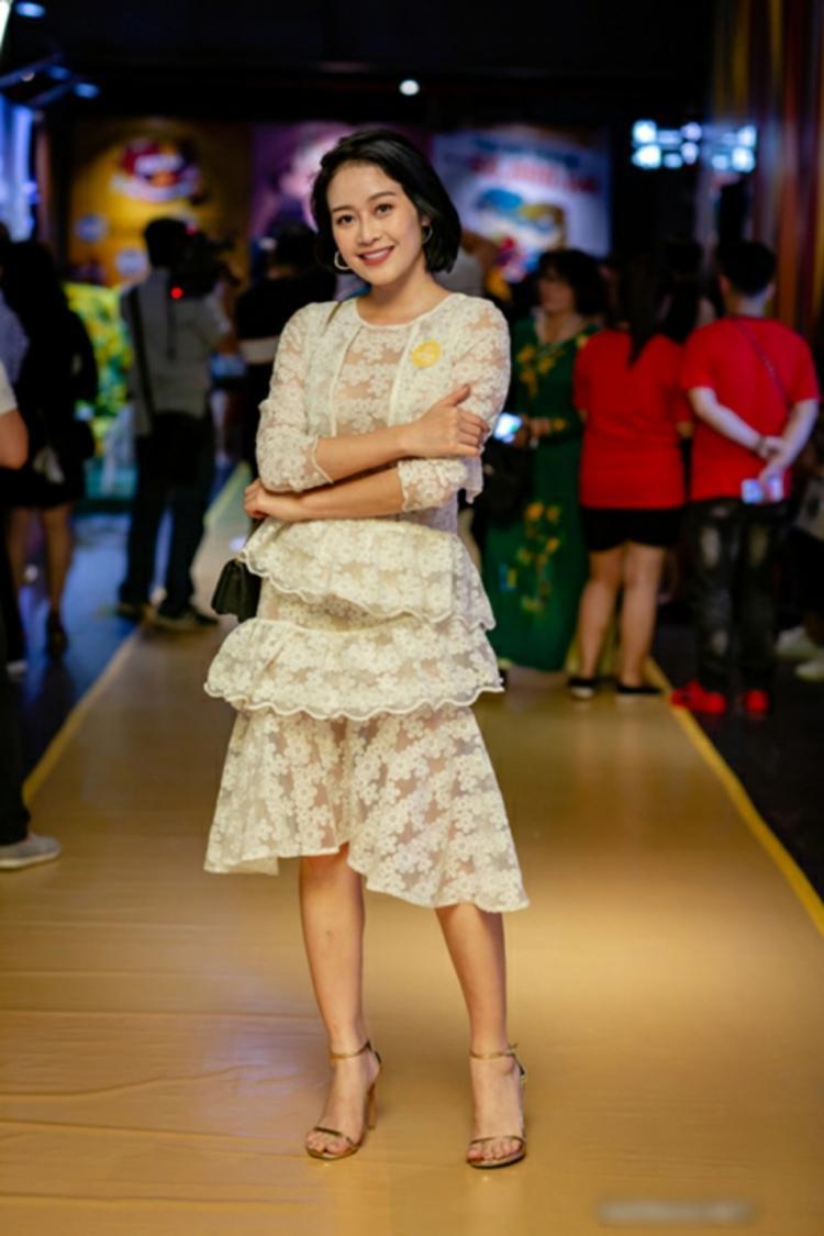 MC Phí Linh cũng phải chịu cảnh lọt top sao xấu tuần qua bởi bộ váy rườm rà chi tiết
