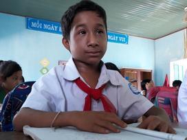 Nỗ lực học tập đáng khâm phục của cậu bé tí hon 13 tuổi chỉ cao gần 1m