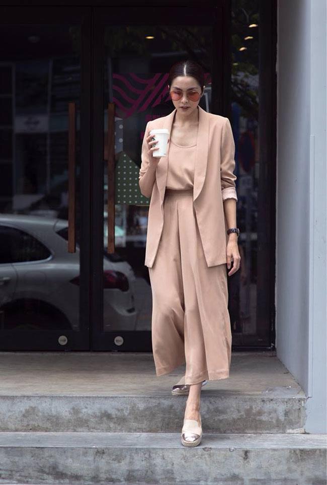 Tăng Thanh Hà với set đồ cùng một màu nude đồng nhất