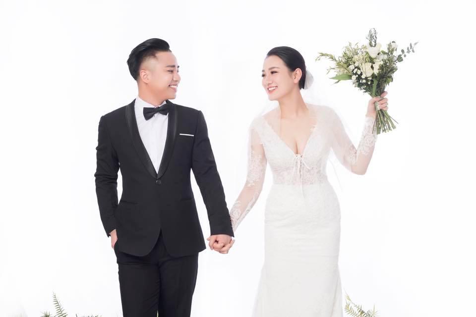 Hữu Công và vợ mới cưới.