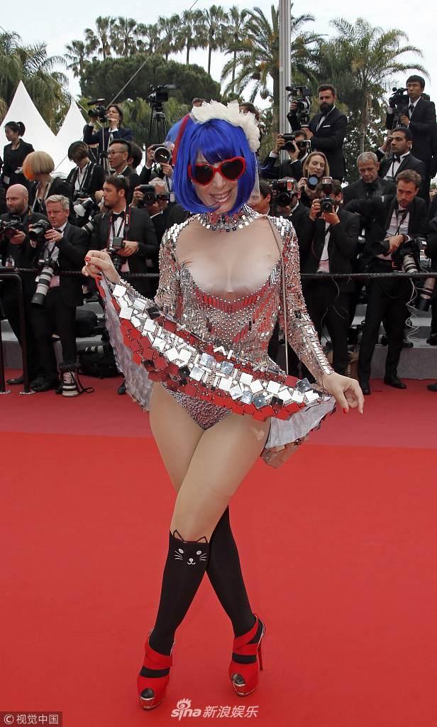 Thảm đỏ Cannes: Cosplay Phạm Băng Băng và ngã nhào gây chú ý