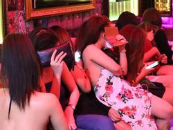 Hàng chục tiếp viên nhà hàng mặc 'thiếu vải' phục vụ khách ở Sài Gòn