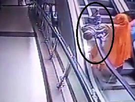 Khoảnh khắc kinh hãi khi mẹ bất cẩn, đánh rơi con ở thang cuốn khiến bé gái chết thương tâm