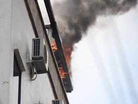Khách sạn ở Hà Nội cháy dữ dội, khách nước ngoài ôm vali tháo chạy