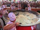 Vua đầu bếp 2015 Thanh Cường dùng 350 quả trứng, 70kg gạo làm chảo cơm chiên lớn nhất Việt Nam