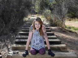 Nể phục cô gái cụt 2 chân chinh phục 2700 bậc dốc tại tuyến đường nổi tiếng